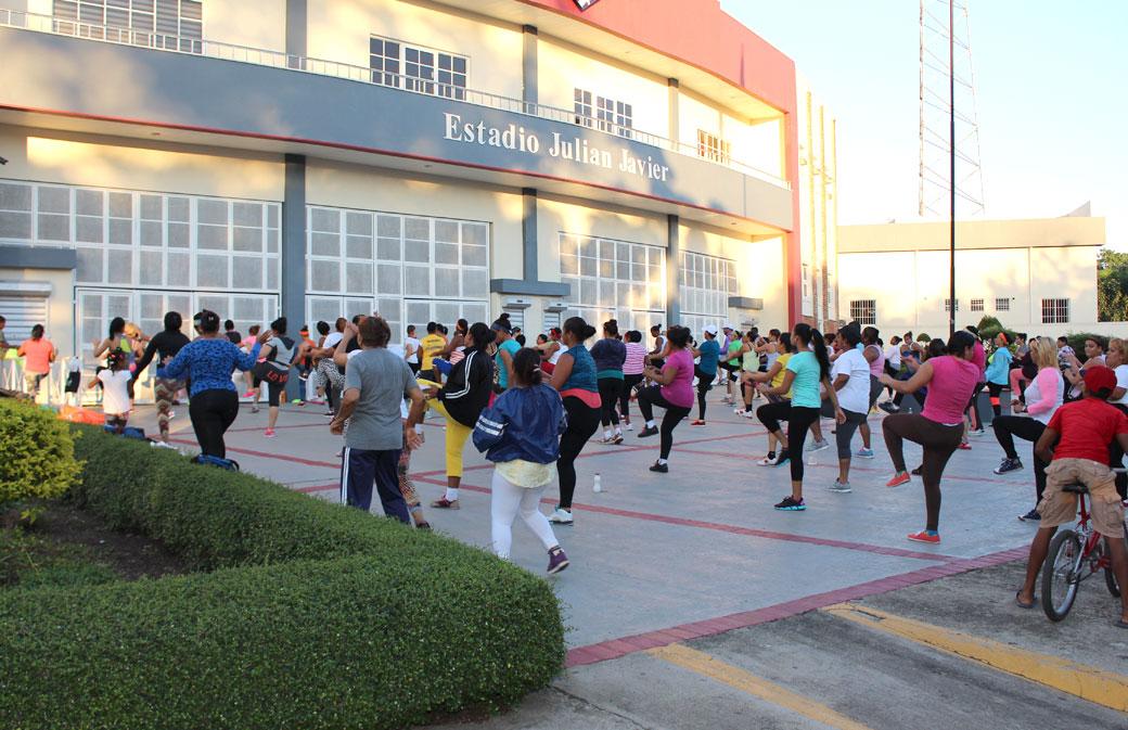 La dirección del complejo deportivo ofrece de manera gratuita clases de Zumba a los cientos de personas que asisten a recrearse a diario.