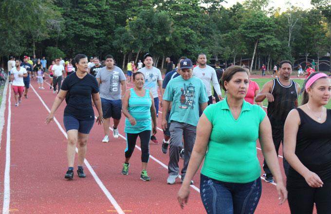 La pista de Atletismo es utilizada por cientos de personas que diariamente aprovechan la seguidad y espacio natural que ofrece el Complejo Depotivo Juan Pablo Duarte.