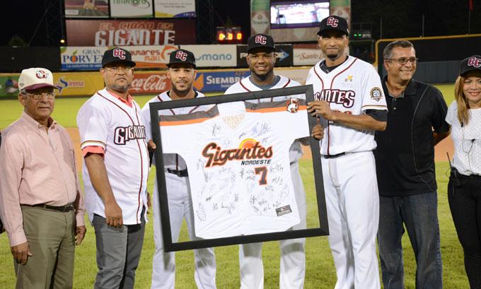 Eliseo Negrin, Leury García, Hanser Alberto, Ismael Cruzy Yisell Infante entregan la camiseta a Fausto Cruz ex capitán de Los Gigantes del Cibao.