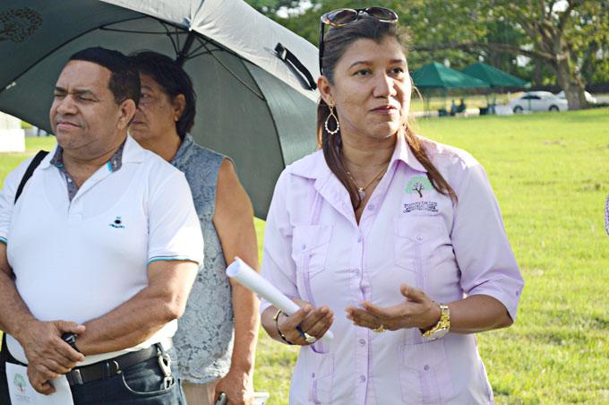 La señora Julia Fernández ofrece explicaciones sobre Fuente de Luz Memorial Park. Fotos Newman Staling.