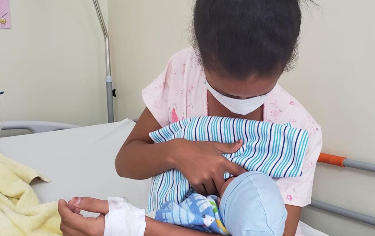 Una recién parida amamanta a su bebé.
