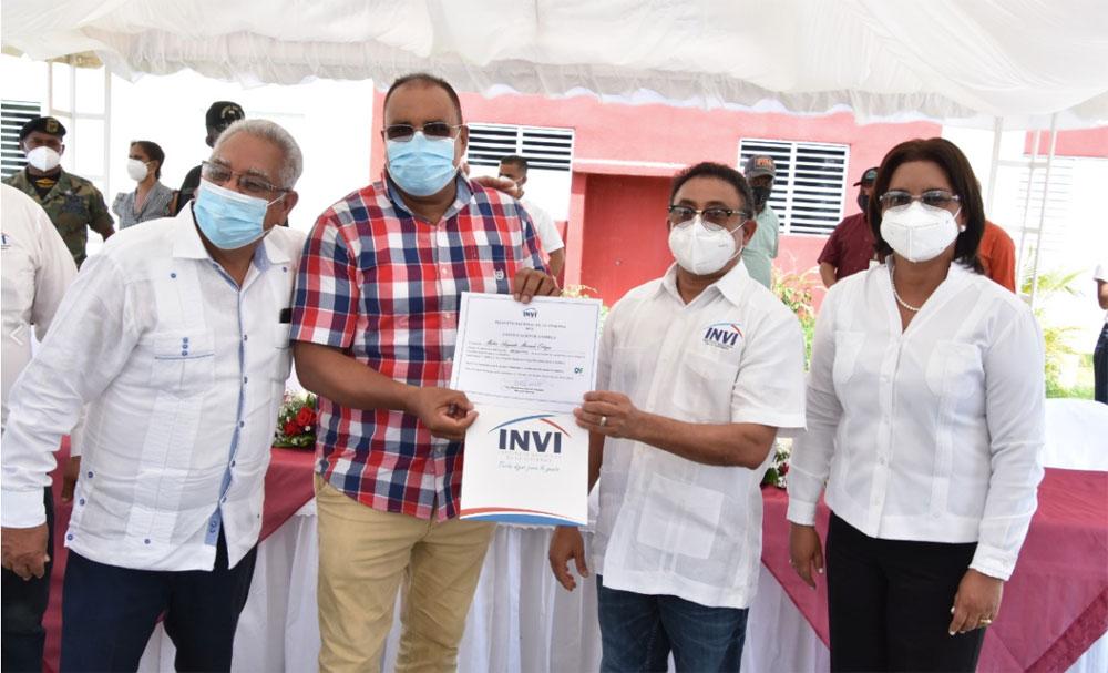 El director del INVI Mayobanex Escoto, en compañía de la diputada Miledys Núñez y el gobernador Luis Núñez entregaron los apartamentos del proyecto Villa Aguayo el pasado domingo 09 de agosto.