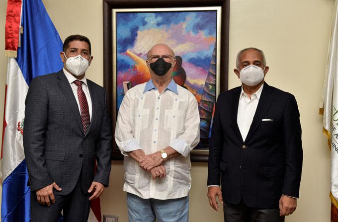 Desde la derecha El saliente Ministro Osmar Benítez, Ing. Hipólito Mejía y Limbert Cruz, ministro entrante.