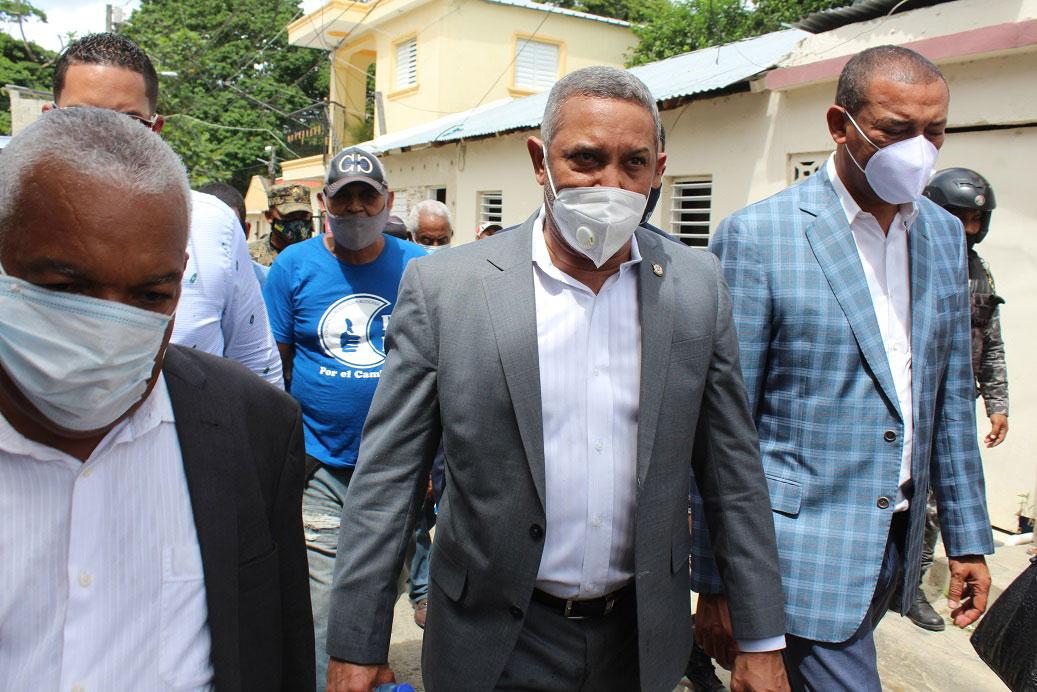 La comisión de senadores se apersonaron en los sectores del Barrio Azul y Ugamba, para gestionar soluciones.