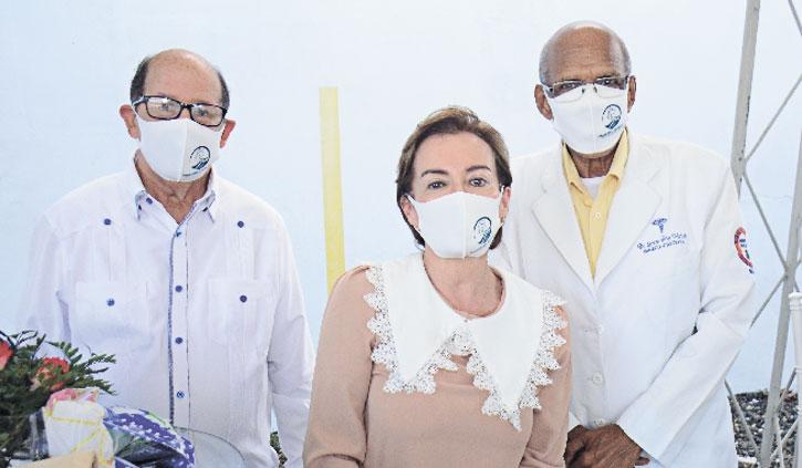 ❏ Desde la izquierda diácono Martín Vargas, Dra. Jannet Herrera Beltrán y Dr. Lorenzo Frías Marizán.