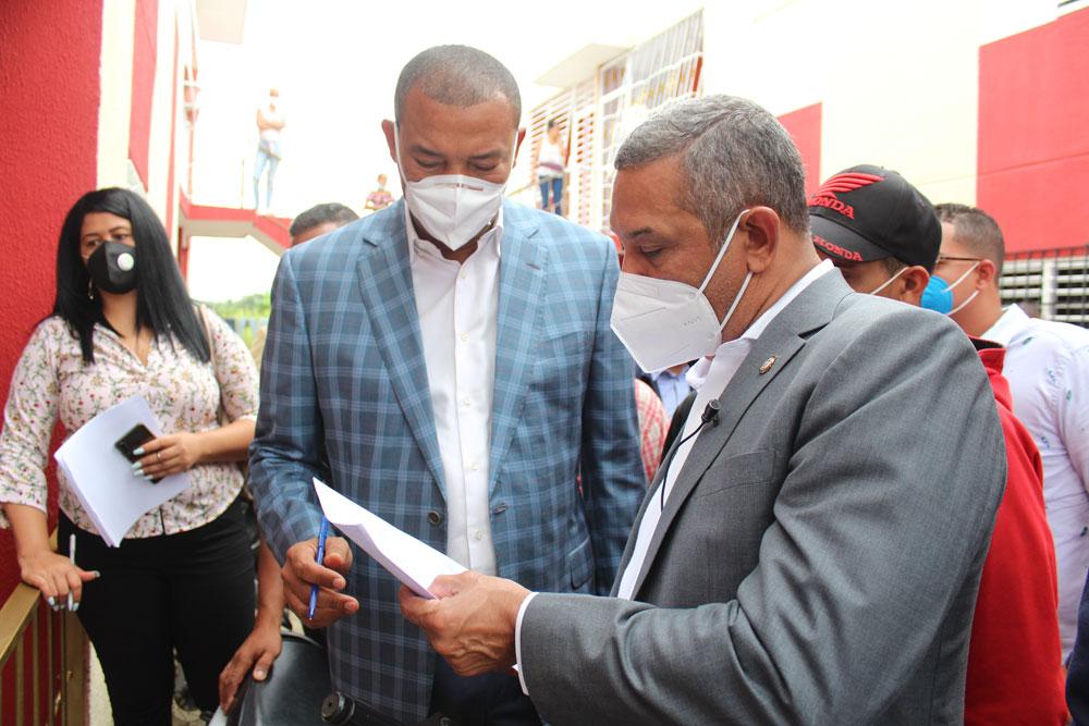 Los senadores Franklin Romero y Santiago José Zorrilla, verifican personalmente los propietarios del proyecto Villa Progreso de Aguayo. Fotos Narciso Acevedo.