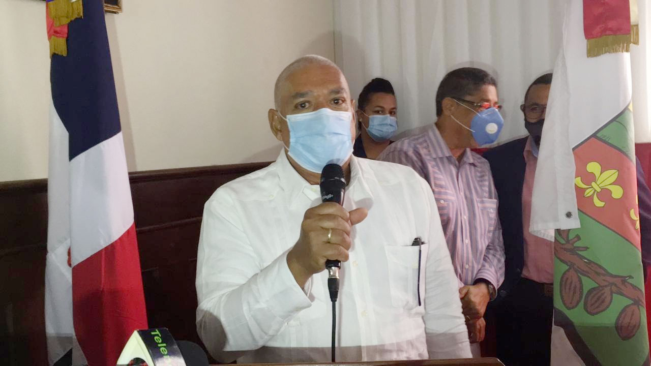 Director del hospital del municipio de Villa Riva, Dr. Ricardo Mato.