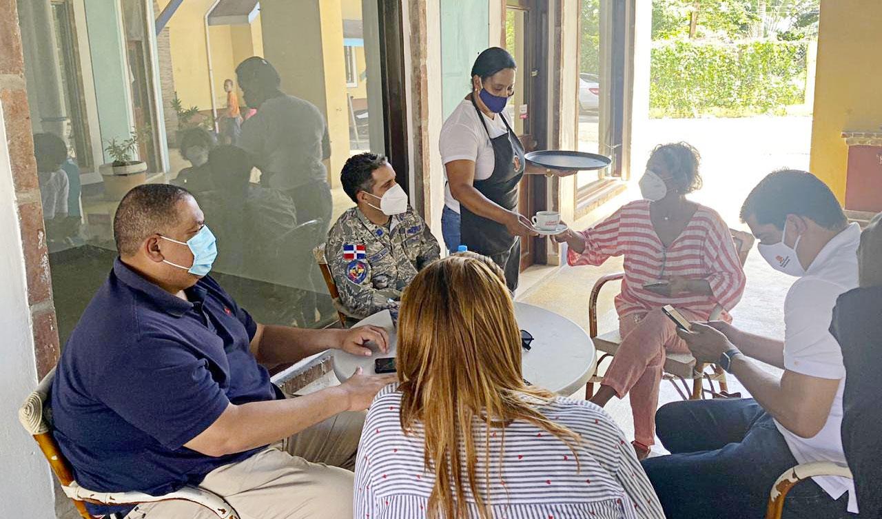 La Comisión que viajó a Las Terrenas estaba compuesta por el General Torres Robiu Director de Cestur, el Director del Coide, un alto funcionario del Viceministerio de Turismo y la Encargada Provincial de Turismo, Ana Reyes.