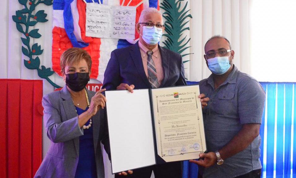Deportista y maestro Francisco Cornelio es reconocido por los regidores Sonia María y Nikeurys Meyreles.