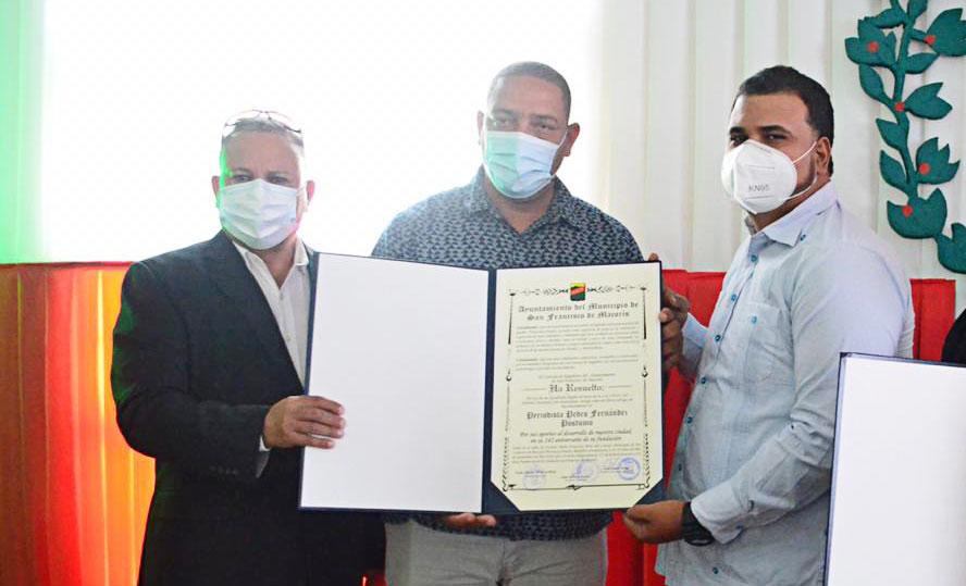 El comunicador Félix Varga, recibe el reconocimiento postumo que realizó el ayuntamiento Municipal de SFM al periodista Pedro Fernández.