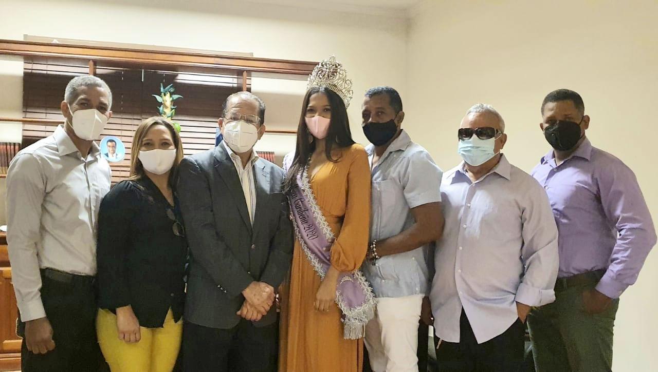 Reina de belleza visita ayuntamiento de San Francisco de Macorís