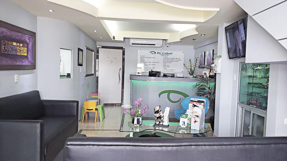 Amplia y cómoda sala de espera del Centro de Oftalmología Dr. Cabral.