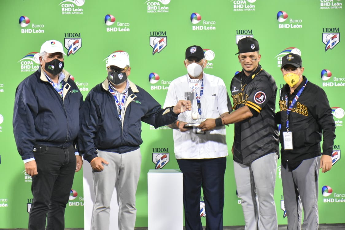 Juan Lagares recibe la copa de MVP de la serie final
