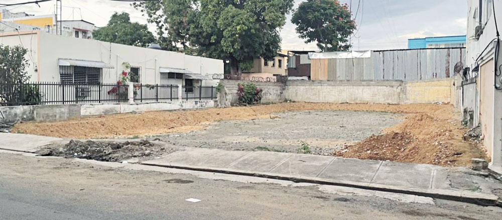 En este solar donde estuvo CEDIMED, calle San Francisco casi Esq. Salcedo, se construirá el moderno edificio del Laboratorio Clínico Dr. Herrera Khoury.