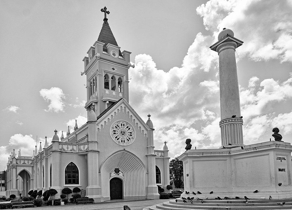 Catedral de San Pedro Apóstol con el monumento a los Padres de la Patria.