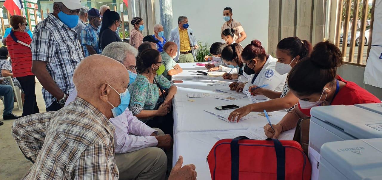 Adultos mayores se registran para recibir su primera vacuna contra la covid-19.