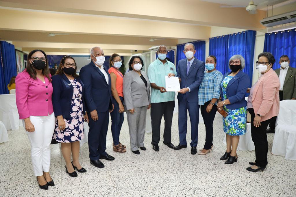 Dr. Franklin García Fermín entrega los recursos para patrocinar la beca a 35 comunicadores de la región Nordeste.