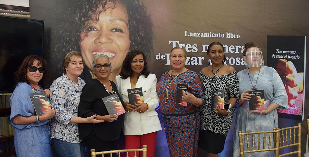 """Altagracia Hiraldo pone a circular en la zona colonial su libro """"Tres maneras de Rezar el Rosario"""""""