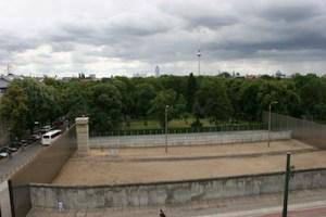 Berlin Gedenkstaette Berliner Mauer Wachturm + Todesstreifen
