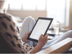 Mujer leyendo en ebook