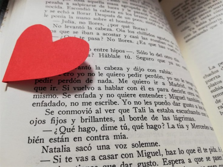 Foto de un libro y un corazón.