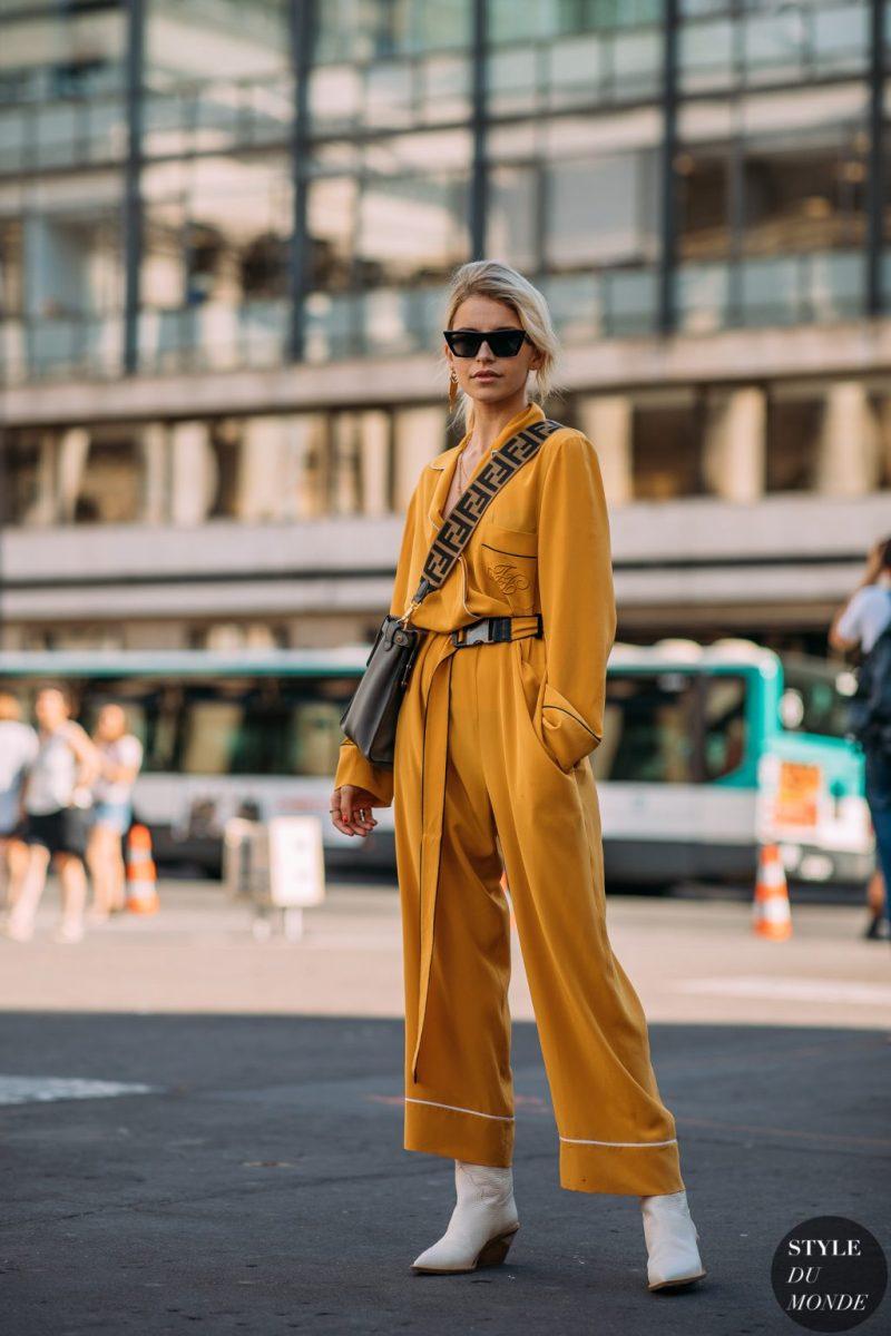 Fashionista mặc jumpsuit màu vàng mù tạt đeo túi Fendi