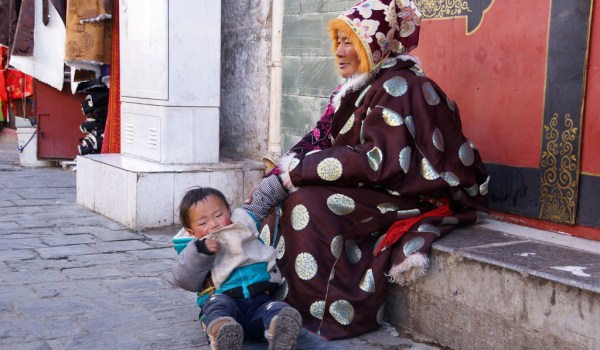 Lhasa: aresting woman with her grandchild at Barkhor Street