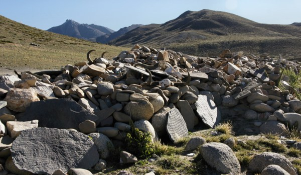 Day 3 of the kora: a wall of mani stones at the trail at the Barkha plain (2010)