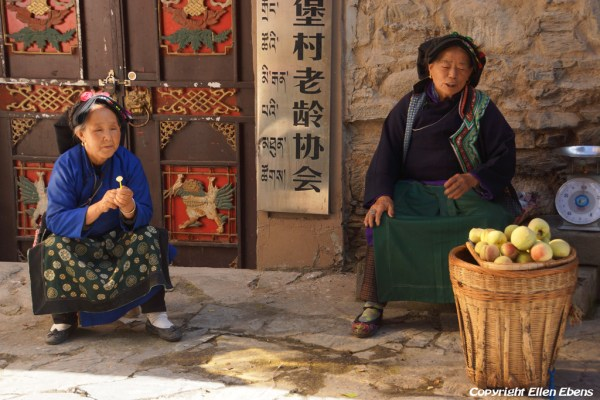 Women selling apples at the village of Ganpucun (Lixian Ganbaozangzhai Scenic Area)