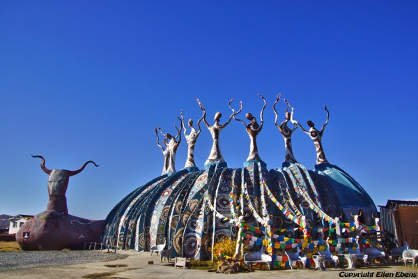 On the way from Zoige to Songpan: strange artistic building (restaurant ?) near the village of Banyoucun