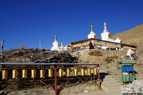 Stupas and prayer wheels at Kamadang Temple