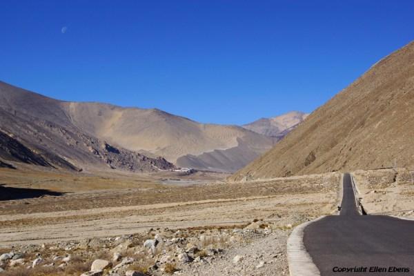The road to Puntsholling Monastery