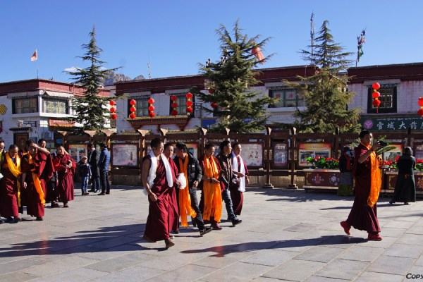 Lhasa: pilgrims at Barkhor Square
