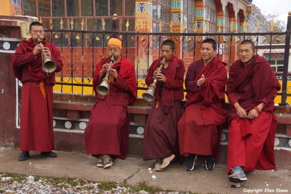 Nangchen monks rehearsing horns