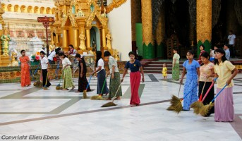 Yangon, cleaning at the Swedagon pagoda