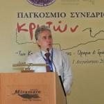 Ο Πρόεδρος του Παγκοσμίου Συμβουλίου Κρητών, Γιώργος Αεράκης, εκθέτει στους συνέδρους τα προβλήματα τής Ομογένειας και τους φιλόδοξους σχεδιασμούς των Απόδημων Κρητών να κάνουν ακόμη περισσότερα για την ιδιαίτερη πατρίδα τους την  Κρήτη