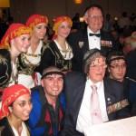 Οι Αυστραλοι Βετερανοι Keith Rossi και Gordon Beal φοροντας τα σαρικια που τους δωρησε ο Νομαρχης κ. Παπαδακης με το Χορευτικο της Παγκρητιου Ενωσης Μελβουρνης.
