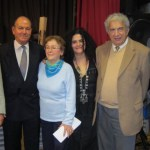 Από αριστερά ο Ζινόβιος Γκαϊτατζής, ο Παναγιώτης Κόντης, η Ελισάβετ Κόντη, η δημοσιογράφος Ζωή Νιομανάκη, ο Δρ. Ευριπίδης Μαυροειδής και ο ιστορικός Manuel Gogos