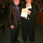Η Ντόρα Ζιώνγκα απονέμει το Βραβείο στον Κωνσταντίνο Τζήμα σκηνοθέτη και φίλο του Μίκη Θεοδωράκη.