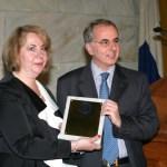 Ο γιατρός Σταύρος Γεωργιάνος παραλαμβάνει το Βραβείο του από τη Ντόρα Ζιώνγκα.