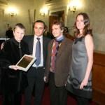 Η Ελένη Αρβελέρ παραλαμβάνει το Βραβείο του Ιδρύματος από τους Ολυμπιονίκες Μαρία Γεωργάτου, Δημοσθένη Ταμπάκο, Γιώργο Τζελίλη.