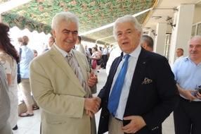 Ο Γιάννης Μπούρλος-Μάυ με τον Πρόεδρο της Οργανωτικής Επιτροπής των εορτασμών και πρώην Δήμαρχο Κιλκίς Τάσο Αμανατίδη στην Λέσχη Αξιωματικών Φρουράς της πόλης. Δεξιά διακρίνεται ο Πρόεδρος του Ιατρικού Συλλόγου Κιλκίς Βλαδίμηρος Παναγιωτίδης