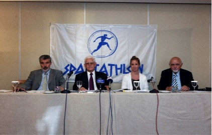 Στιγμιότυπο, από τη σημερινή συνέντευξη τύπου για το «31ο ΣΠΑΡΤΑΘΛΟΝ». Διακρίνονται από αριστερά, ο υπεύθυνος του γραφείου τύπου της διοργάνωσης κ. Νίκος Παπαγεωργίου, ο πρόεδρος του Διεθνούς Συνδέσμου ΣΠΑΡΤΑΘΛΟΝ, κ. Παναγιώτης Τσιακίρης, η υπεύθυνη επικοινωνίας του Ιδρύματος «ΣΤΑΥΡΟΣ ΝΙΑΡΧΟΣ», κα Λένια Βλαβιανού και ο ταμίας του Συνδέσμου κ. Τάκης Αλικανιώτης.