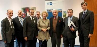 Από αριστερά: Δημήτρης Μαγκλάρας, Ανδρέας Διαμαντής, Φώτης Δαμούλος, Δημήτρης Κούρος, Δρ. Κνάουμπερ-Ντάουμπενμπυχελ, Γιάννης Μπούρλος-Μάυ, Γιάννης Βασιλείου και Δρ. Χουμπέρτους Χίλλε