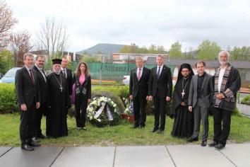 ο Δήμαρχος κ. Ιλκ, ο αντιπρόεδρος της Βαυαρικής Βουλής κ. Μάγιερ, ο π. Απόστολος, ο Νομάρχης κ. Κρόντερ, η  Γενική Πρόξενος κ. Κωνσταντινοπούλου, ο διευθυντής των Βαυαρικών Μουσείων Μνήμης κ. Φρέλλερ, ο βουλευτής της Βαυαρικής Βουλής κ. Ντίνκελ, ο Αρχιμανδρίτης Τίτος Γιαννούλης, ο πρόεδρος της Ελληνικής Κοινότητας Νυρεμβέργης κ. Κωσταντάτος και ο πρόεδρος του συλλόγου θυμάτων κ. Βρενς.
