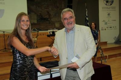 Απονομή Γ' βραβείου από τον Κοσμήτορα της Φιλοσοφικής Σχολής του ΑΠΘ, Καθηγητή Δημήτρη Μαυροσκούφη στη Βαλεντίνα Ολίνικ από την Ουκρανία