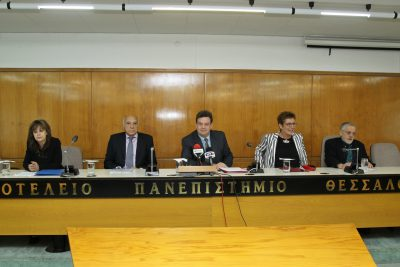 (από αριστερά προς δεξιά) Η Προϊσταμένη Διεύθυνσης Κεντρικής Βιβλιοθήκης ΑΠΘ, κ. Αικατερίνη Νάστα, ο συλλέκτης και δωρητής κ. Ιωάννης Μέγας, ο Πρύτανης του ΑΠΘ, Καθηγητής κ. Περικλής Μήτκας, η Αναπληρώτρια Πρύτανη Ακαδημαϊκών και Φοιτητικών Θεμάτων και Πρόεδρος της Επιτροπής Βιβλιοθήκης και Κέντρου Πληροφόρησης, Καθηγήτρια κ. Αριάδνη Στογιαννίδου και ο Αναπληρωτής Πρόεδρος της Επιτροπής Βιβλιοθήκης και Κέντρου Πληροφόρησης, Καθηγητής κ. Ιωάννης Τζιφόπουλος.