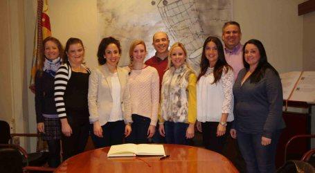 Las falleras mayores de Xirivella firman en el libro de honor del Ayuntamiento