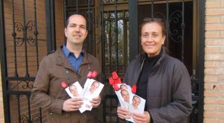 Los socialistas de Aldaia reparten un díptico para celebrar el Día del Libro