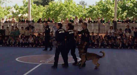 Los perros de la Policía Local de Burjassot se exhiben en el colegio Domus